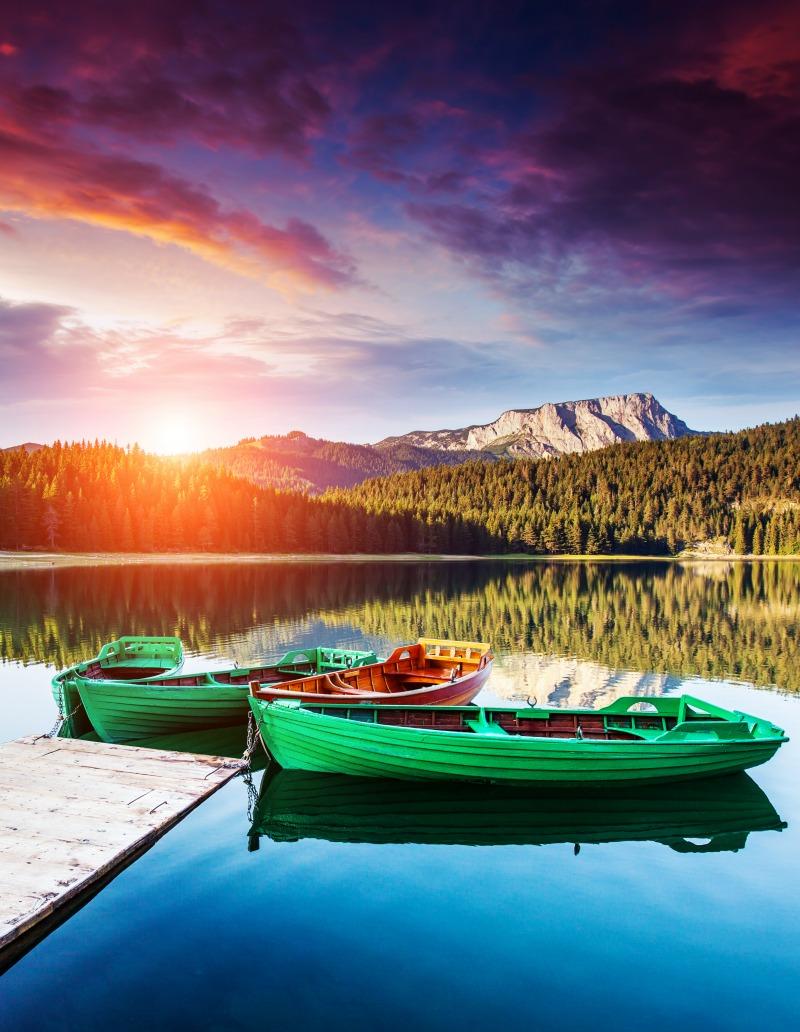 10 רעיונות לעיצוב עם תמונות | צמד אוניות ירוקות על רקע נוף הרים | חיוכים - הדפסה על זכוכית וקנבס